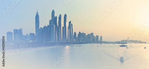 Fototapeta Panoramę dzielnicy Dubai Marina oświetlone przez światło słoneczne wieczorem
