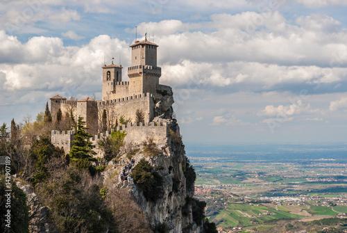 Die Festung von Guaita in San Marino; Ebenen der Romagna im Hintergrund Fototapete