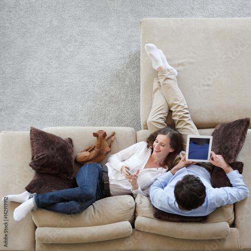 Plakat Para za pomocą tabletu