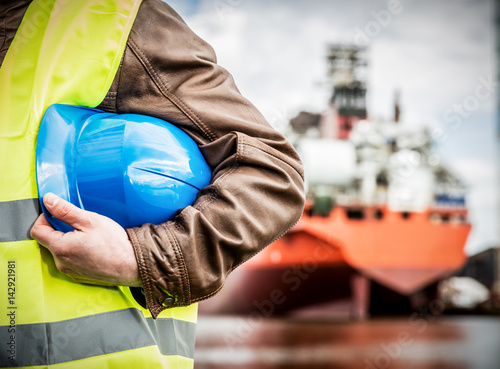 Fotografia Shipbuilding engineer with safety helmet in shipyard