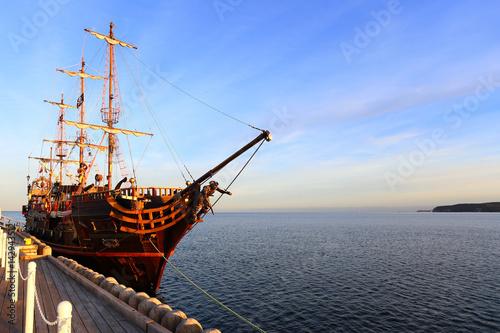 Keuken foto achterwand Schip Old wooden ship at pier