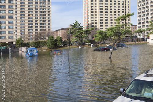 Plakat NEW YORK - 1 listopada: Powódź na parkingu w Far Rockaway po huraganie Sandy 29 października 2012 w Nowym Jorku, NY