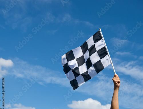 Plakat Flaga szachownicą wyścigu w ręku.