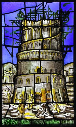 Foto la torre di Babele; vetrata del Duomo di Milano