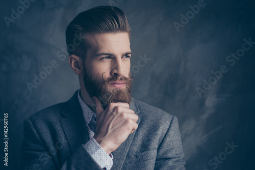 Foto portrait of handsome stylish young man with mustache, beard and beautiful hairst