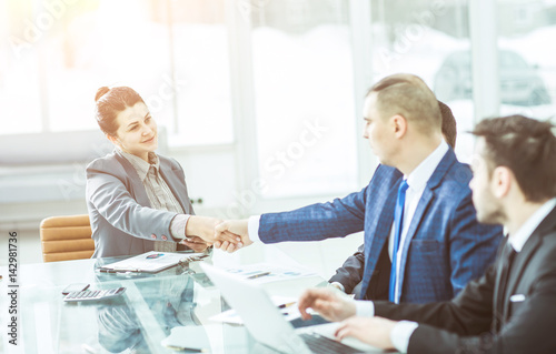 Fotografía concept of partnership:a handshake of a Manager and a customer at the Desk in the office