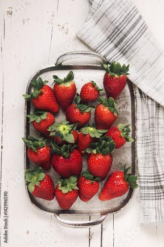 Keuken foto achterwand Vruchten Strawberries in spring on silver plate over white wooden