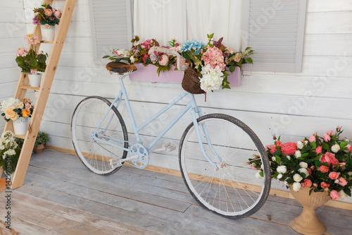 Foto op Plexiglas Blue bicycle with a basket of flowers