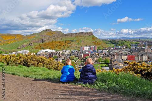 Plakat Chłopcy patrzą na miasto Edynburg