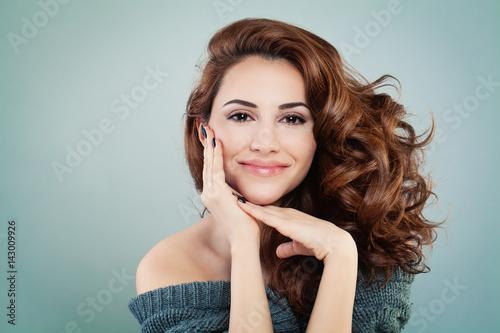 Plakat Piękna uśmiechnięta kobieta model z falisty fryzurę. Kosmetologii i koncepcji leczenia