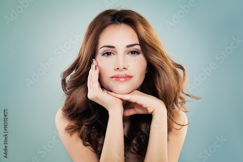 Plakat Uśmiechnięta kobieta model z doskonałej skóry i czerwony kręcone fryzury. Koncepcja kosmetologii