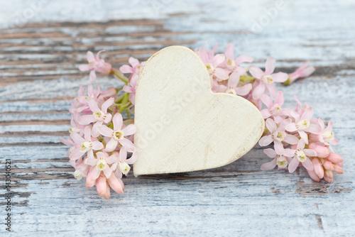 Plakat serce i kwiat leżący na drewnie