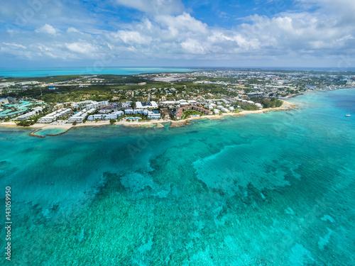 Karibik, Cayman Islands, Grand Cayman, George Town, Flug über George Town und den Seven Miles Beach, Luxus Hotels und Appartements,