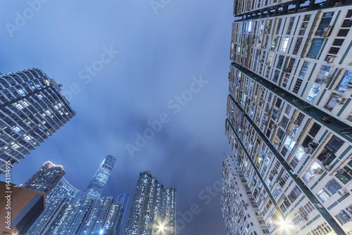 In de dag Milan modern skyscraper and residential building in Hong Kong city at night
