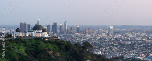 Valokuva Los Angeles sunset, California, USA downtown skyline from Griffith park panoram