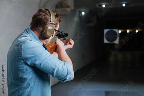 Fotomural  Handsome serious man looking at the target