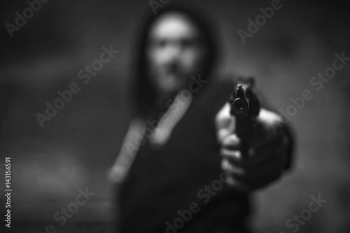 Fotografía  Loaded wicked criminal pulling a gun on somebody