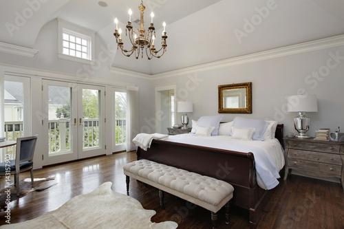 Fotografía  Master bedroom with doors to balcony