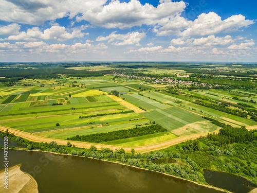 Obrazy na płótnie Canvas Krajobraz wiejski widok z lotu ptaka. Rzeka Wisła i pola uprawne rozciągające się po horyzont.