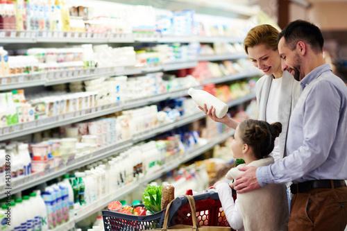 Fotografía  Modern family choosing dairy products in supermarket