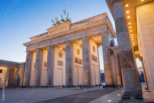 Poster Berlin Berlin - The Brandenburg gate in evening dusk.