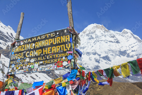 Photo ANNAPURNA, NEPAL – APRIL 14, 2016 : Himalaya Annapurna South mountain peak with Annapurna base camp sign, there is very famous trekking destination in Nepal