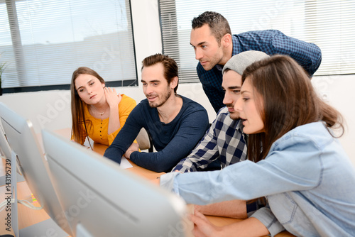 Fotomural group of five young people student with teacher in computer school classroom lea