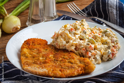 Foto op Aluminium Kip Fried pork chop in breadcrumbs, served with vegetable salad.