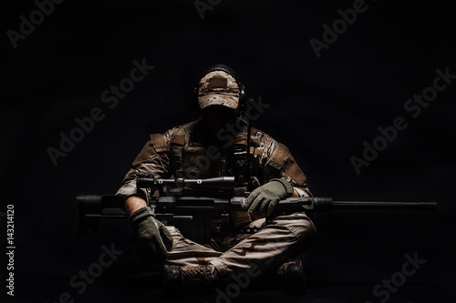Fotomural Portrait soldier or private military contractor holding sniper rifle