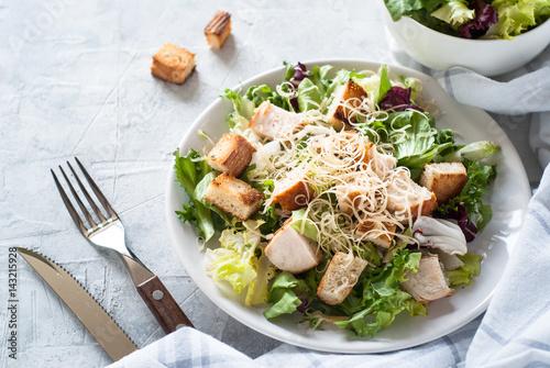 Fotografía  Caesar salad in white plate