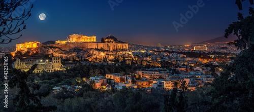 Akropolis in Athen bei Vollmond
