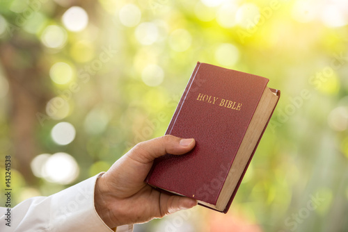 Witness swearing on the bible telling the truth in the court room Fototapet