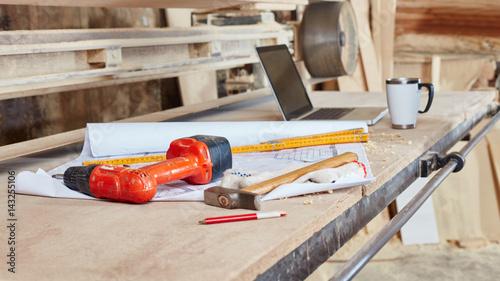 Obraz na plátne Bauplan auf Werkbank in Schreinerei