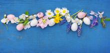 Osterdekoration, Ostereier Und Blüten Auf Blauem Holz