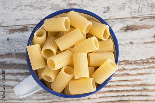 Fotografie, Obraz  pasta secca in tazza metallica mezze maniche rigate - rigatoni