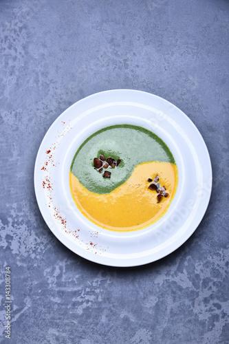 Plakat zupa ze szpinaku i dyni lub puree w znaku nieskończoności
