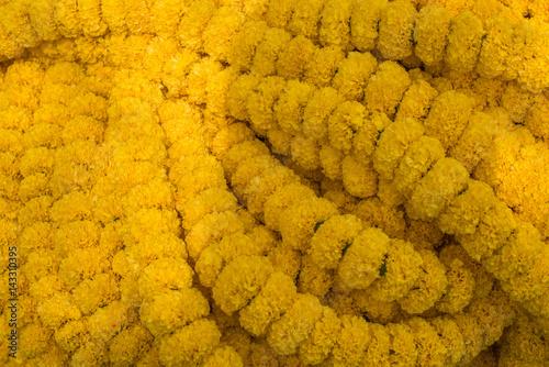 Plakat Żółte girlandy Marigold na sprzedaż w Mullick Ghat Flower Market, Kalkuta