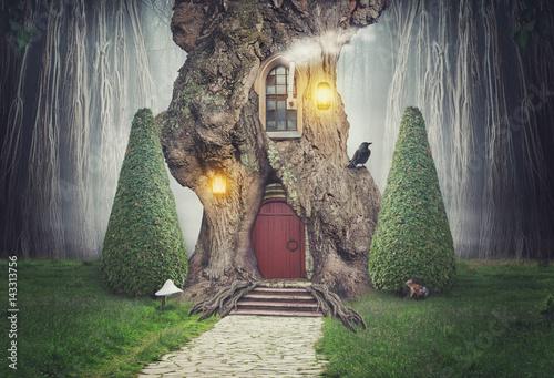 Plakat Wróżka dom drzewo w lesie fantasy