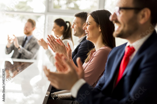 Photo Happy group of businesspeople clapping in office