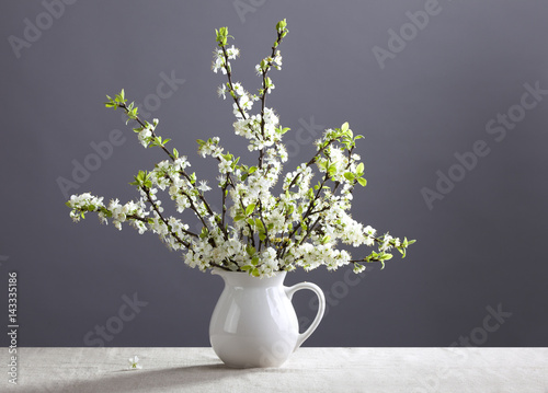 Foto op Canvas Madeliefjes White flowers in the jug