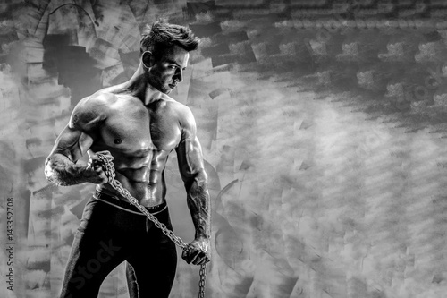 Poster Bestsellers The Perfect male body - Awesome bodybuilder posing Holding a metal chain