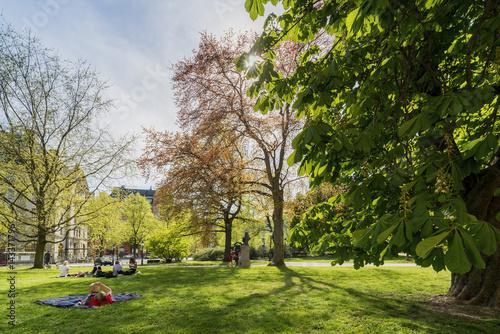 Sweden, Uppland, Stockholm, Ostermalm, Humlegarden, People resting in park