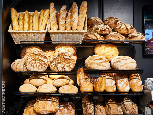 Foto op Canvas Bakkerij Fresh bread on shelves in bakery