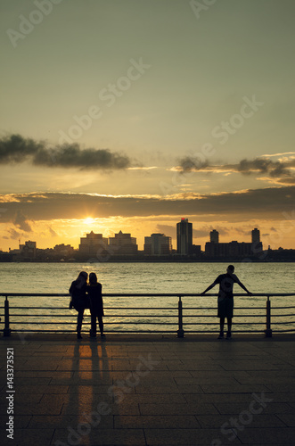 Poster New York USA, New York, New York City, People looking at Manhattan skyline at sunset
