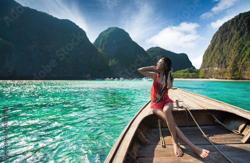 Photo  Women travelers Passenger boat Travel to Maya Bay, Phi Phi.