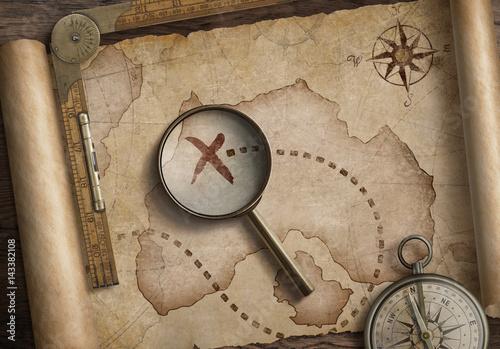lupa-wskazujaca-krzyzyk-na-starej-mapie-poszukiwanie-skarbow
