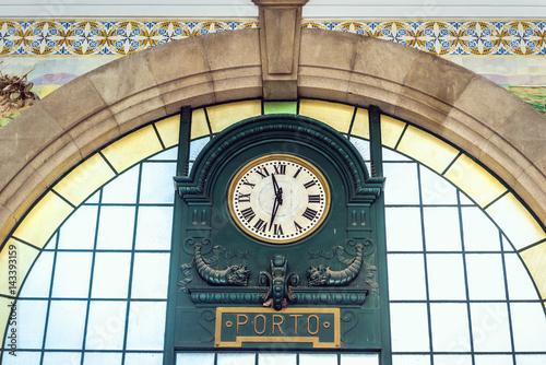 Fotobehang Treinstation Old clock in Sao Bento railway station in Porto city in Portugal