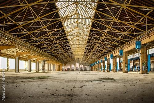 Foto op Plexiglas Industrial geb. industriel, friches,vintage,usine,entrepôt,structures métalliques,docks,abandonné,vide,vitres,