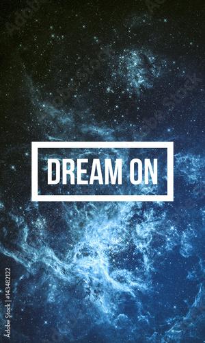 sen-na-motywacyjny-cytat-na-tle-rozgwiezdzonego-nieba-w-nocy