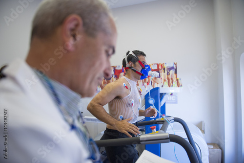 Fotomural  Man doing a stress test of the heart running on a machine